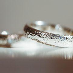 金属アレルギーでも心配いらずの婚約指輪とは?