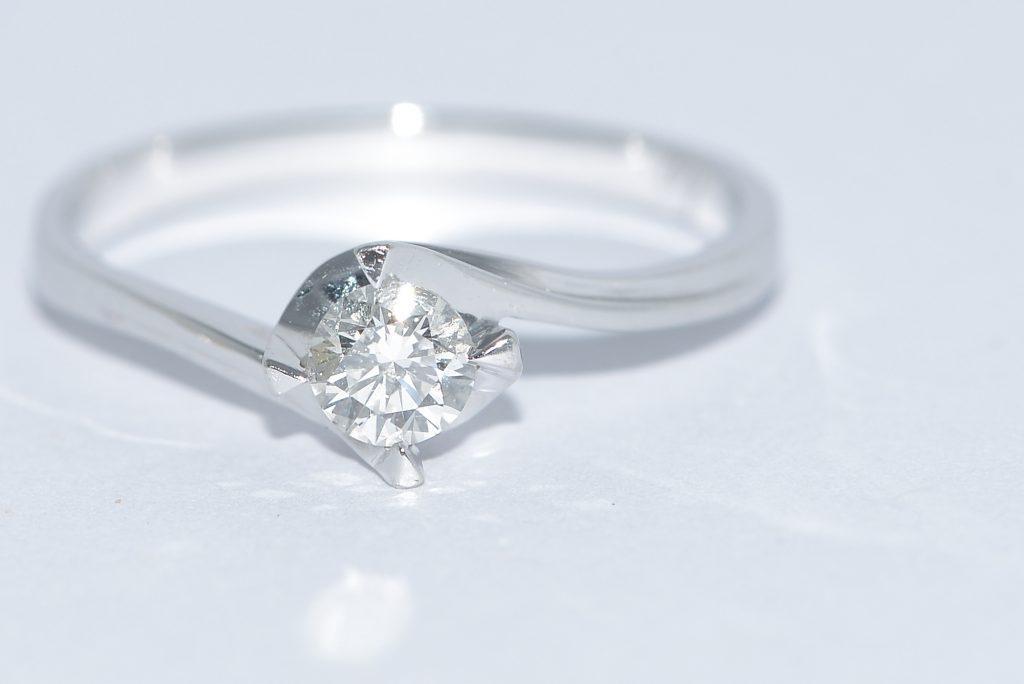 婚約指輪の基本的なデザインやダイヤモンドの基礎知識