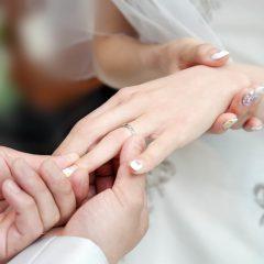 婚約指輪をつけるのは右手? 左手? どの指が正解?
