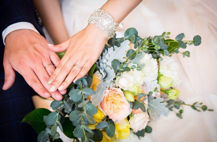婚約指輪はいつつける?普段使いや結婚後のつけるタイミングは?