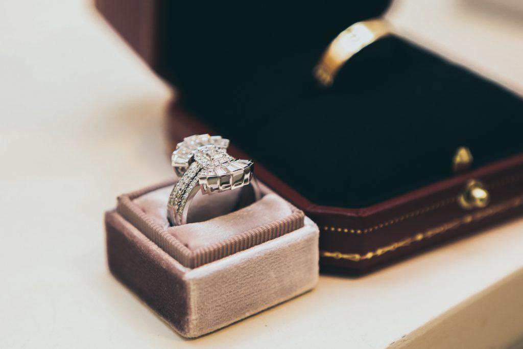 カラット数が重要!?年齢に合うダイヤモンドの大きさは?