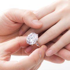 彼女の指には、どんな婚約指輪が合う? ~指や手の大きさから選ぶ方法~