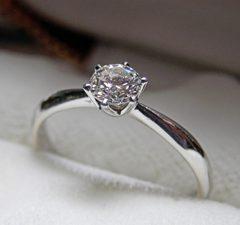 婚約指輪のお返し額…みんなはどれくらいかけてる?お返し額の平均や人気ランキング