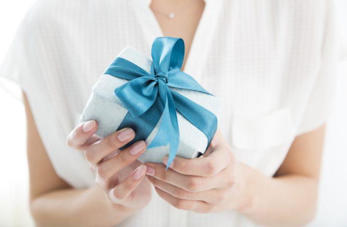 高級ブランドの婚約指輪をもらったら、お返しも高級なものを買うべき?